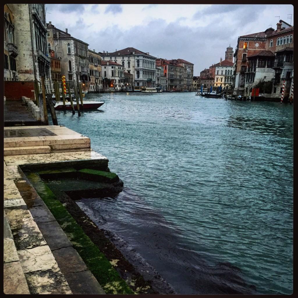 Vue sur le grand Canal et sur quelques bâtiments patiner par le temps à Venise