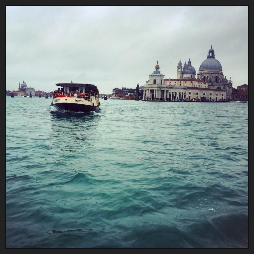 En vaporeto Venise disparaît dans les lointains
