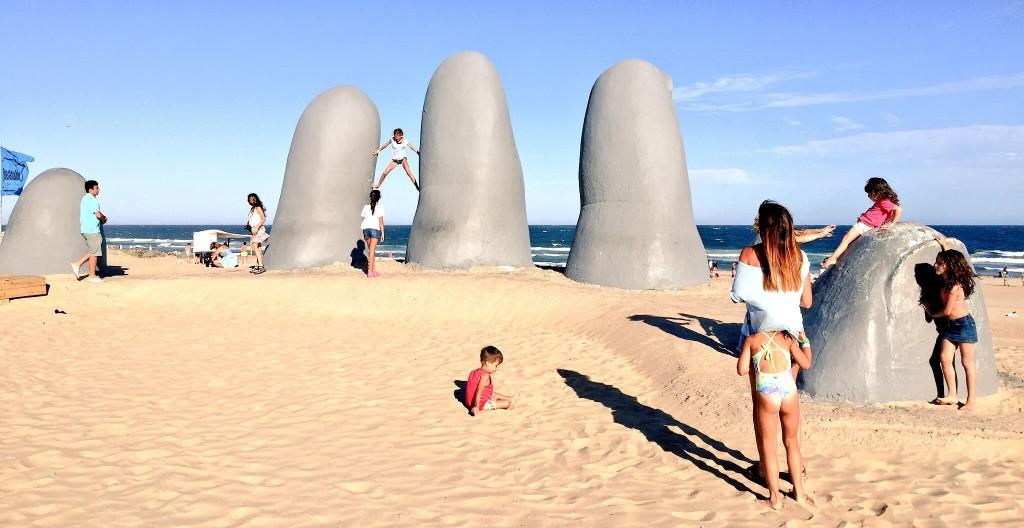 """""""Los Dedos"""" de Punta del Este, la sculpture la plus célèbre d'Uruguay."""