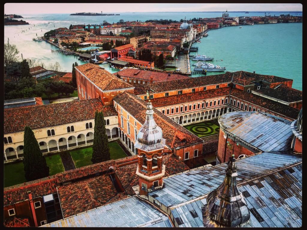 Une vue aérienne depuis l'un des clochers de la ville de Venise