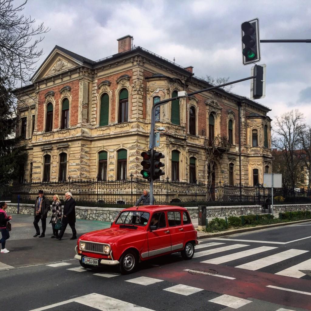 16. Rouge et rétro en Renault 4L