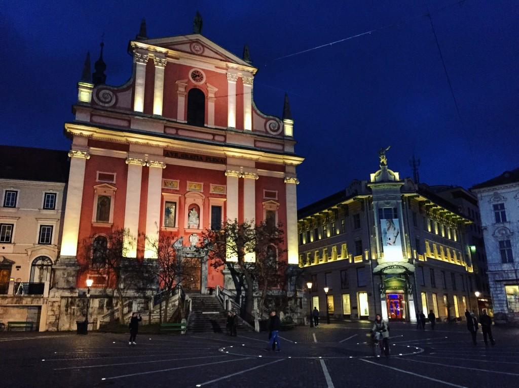 17. La place centrale de Ljubljana la nuit.
