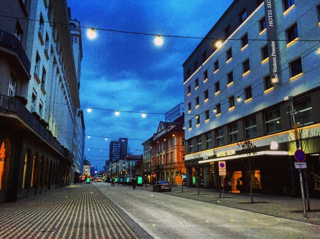 Une rue la nuit à Ljubljana