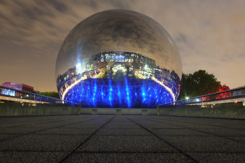 La géode la nuit à la Cité des sciences et de l'industrie