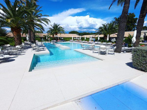 Une piscine discrète dans l'un des hôtels de Saint-Tropez