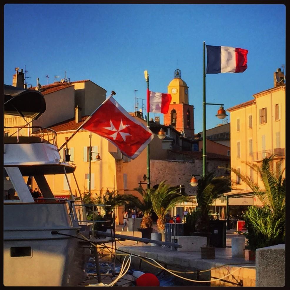 Vue sur les bateaux et le clocher rouge et jaune de Saint-Tropez