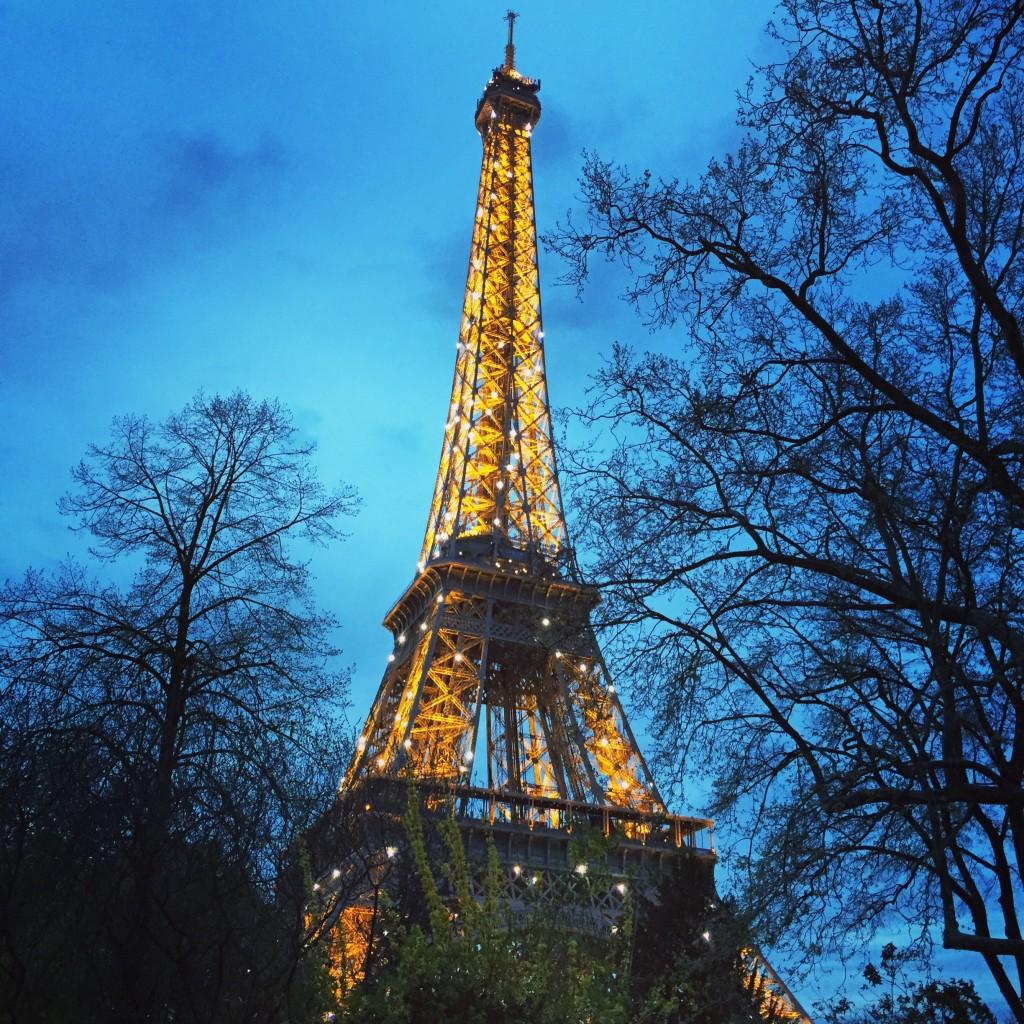 Crépuscule au pied de la Tour Eiffel.