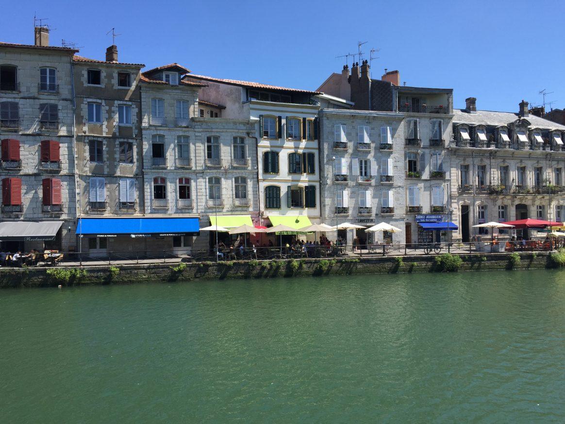 Un quartier populaire sur les bords de la Nive