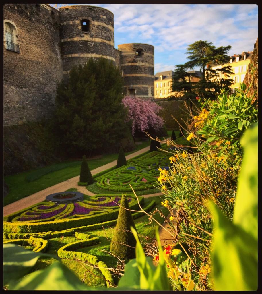 De splendides jardins installés dans les douves du châteaux d'Angers