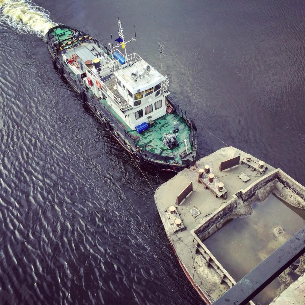 Un remorqueur pousse une barge sur le Dniepr