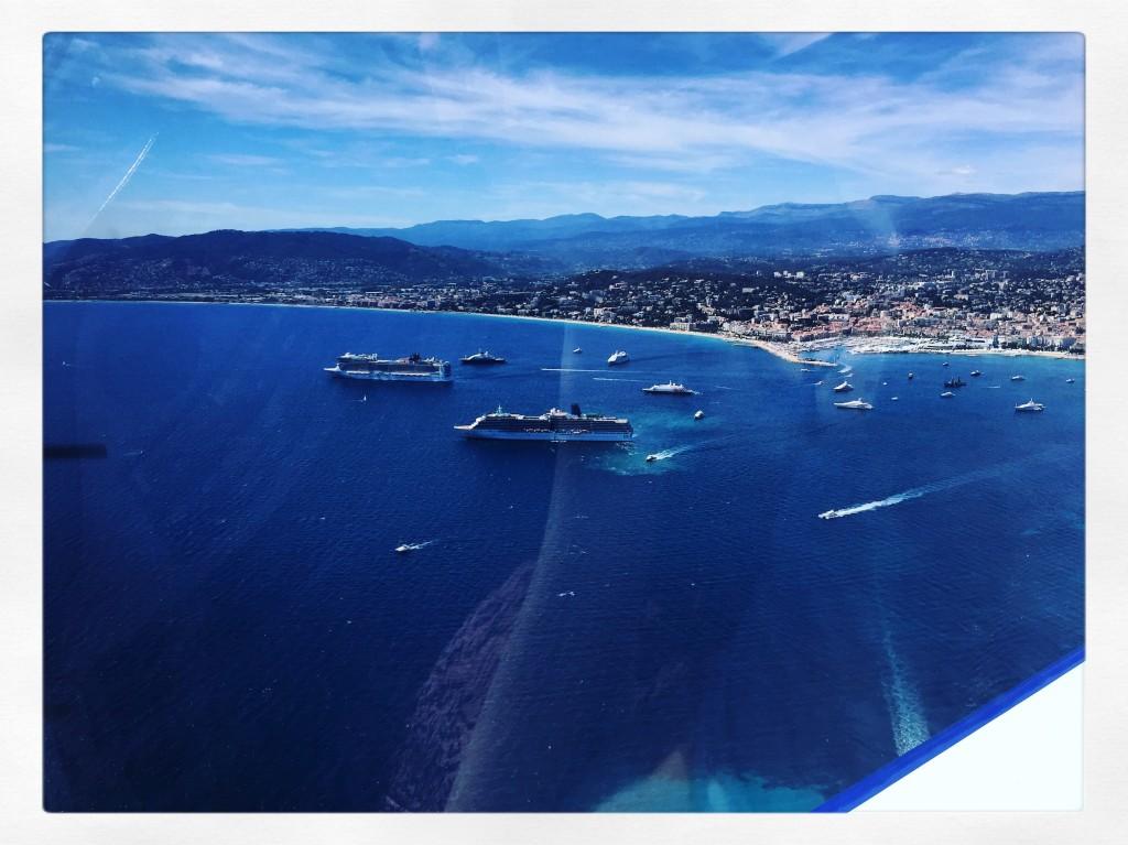 Quelques yachts amarés dans la baie de Cannes.