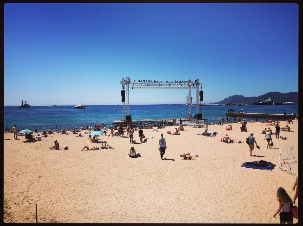 Un plateau télé sur la plage. Cannes.