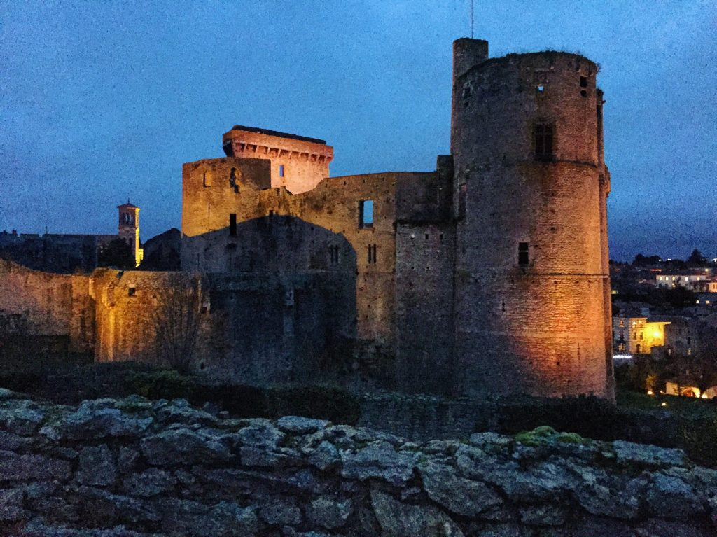 Clisson au crépuscule , château fort