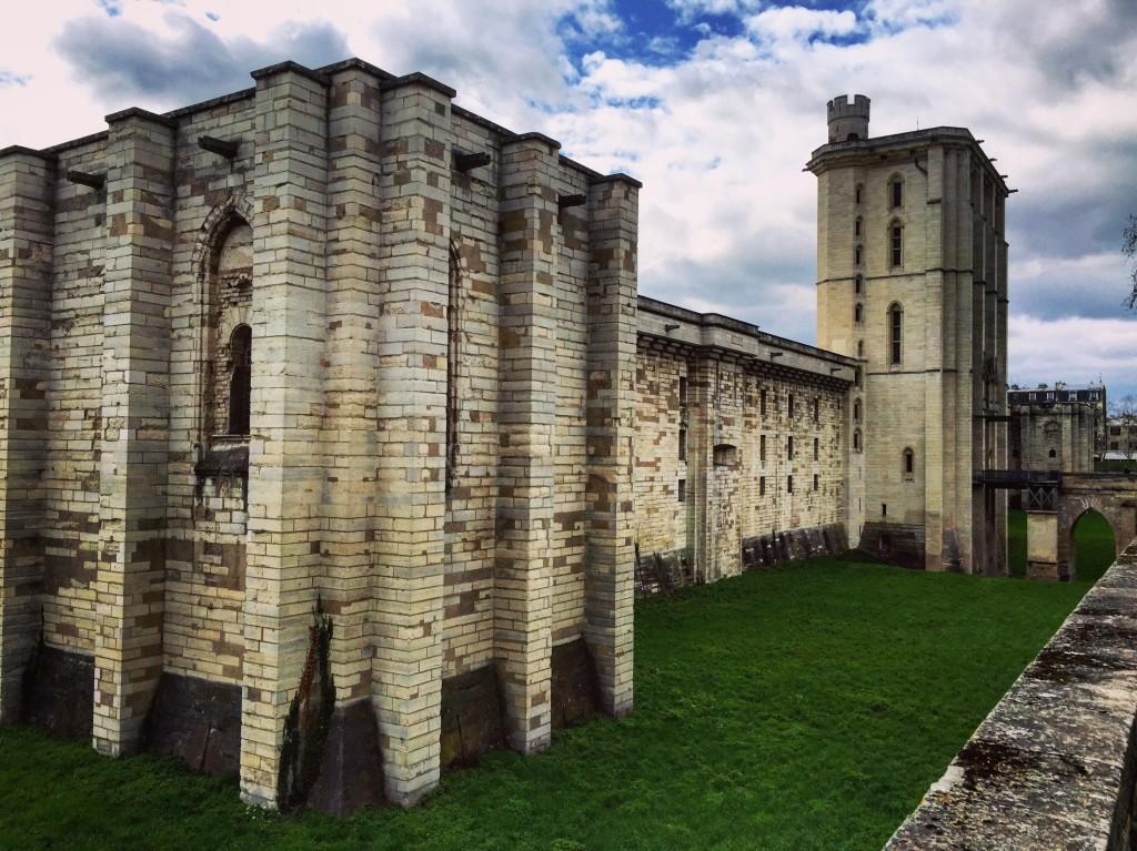 Les douves et les remparts du château de Vincennes