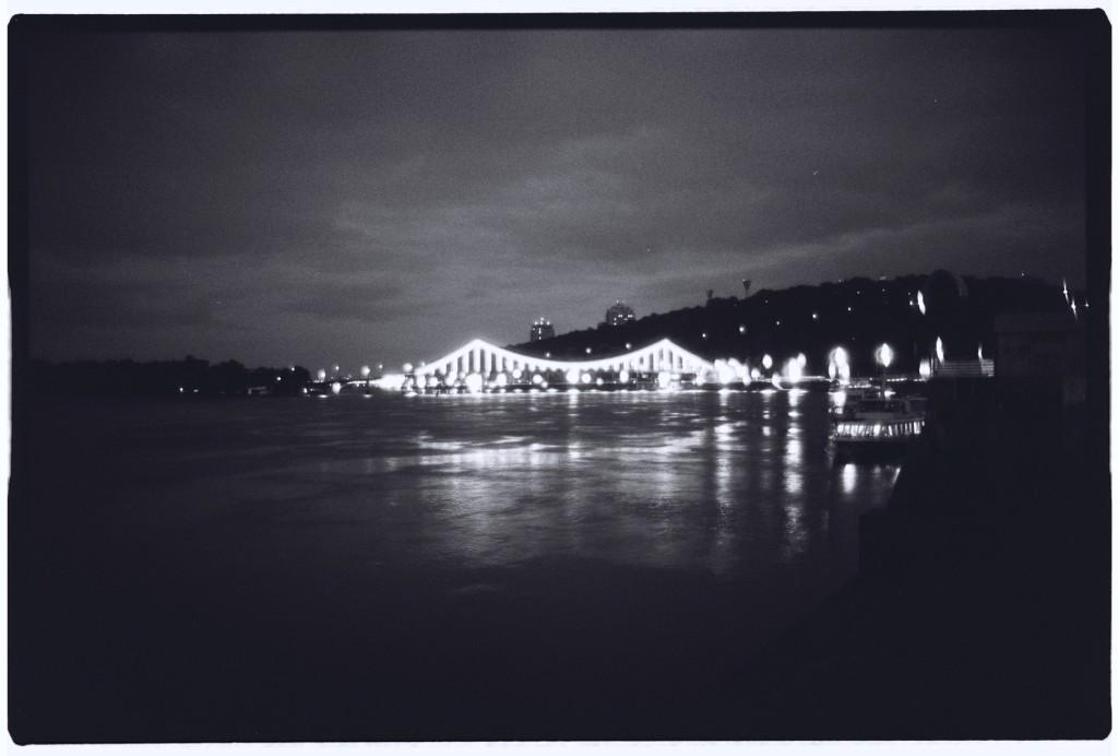 Un pont illuminé enjambe le Dniepr