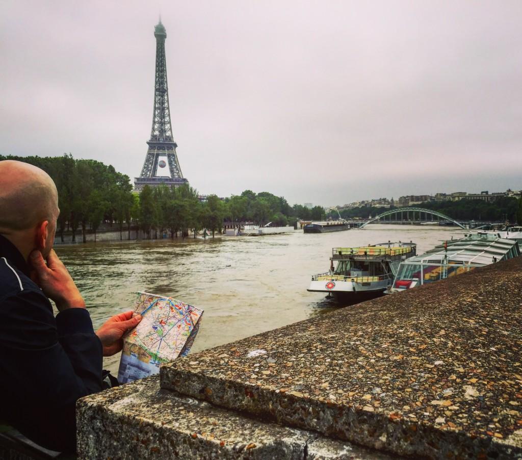 Un touriste en pleine réflexion sur la Seine en crue.
