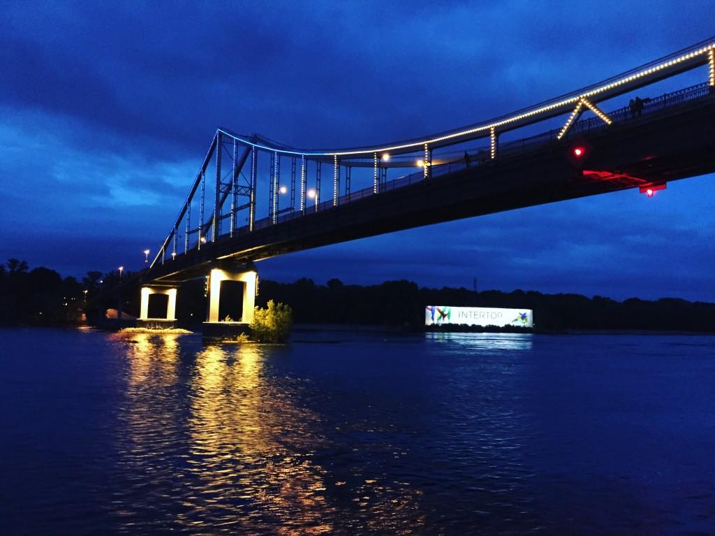 Un pont à Kiev aux couleurs de l'Ukraine