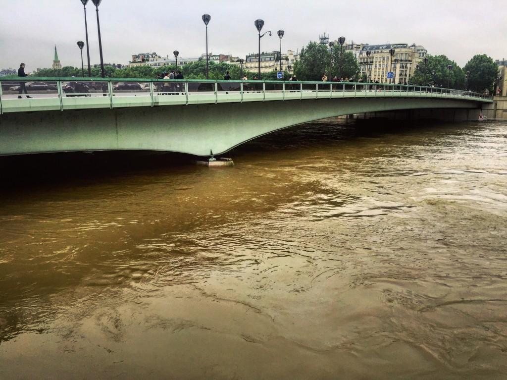 Impossible de faire passer les bateaux mouches sous le pont de l'Alma!