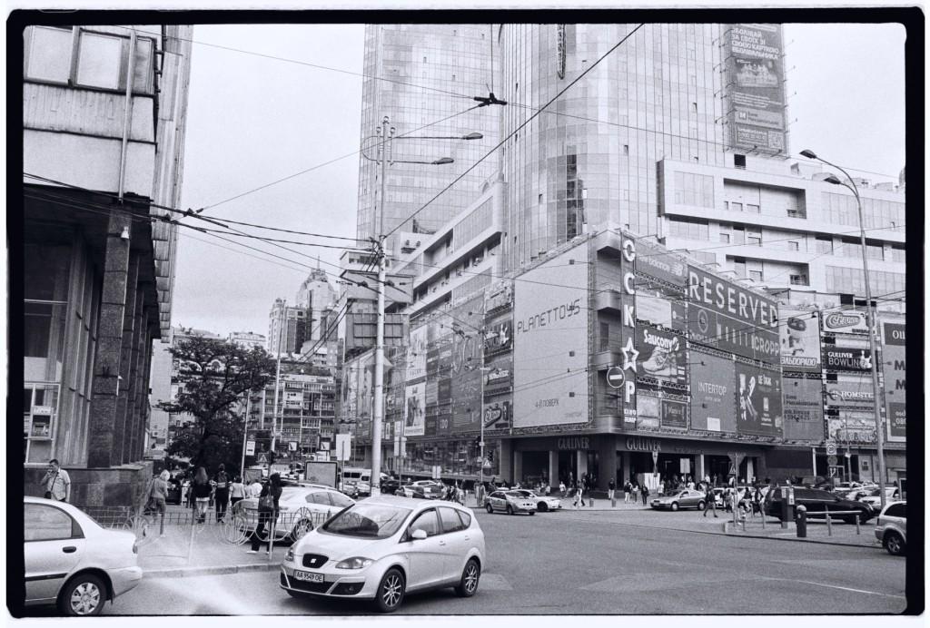 Un building émerge en plein milieu de la ville
