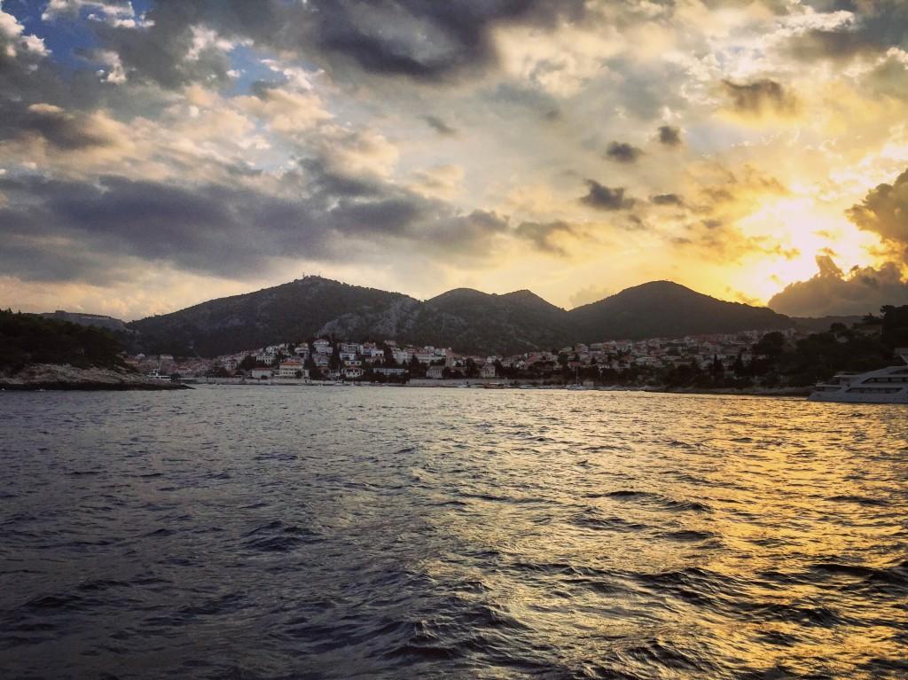 L'île de Hvar au lever du jour, un moment paisible et inoubliable