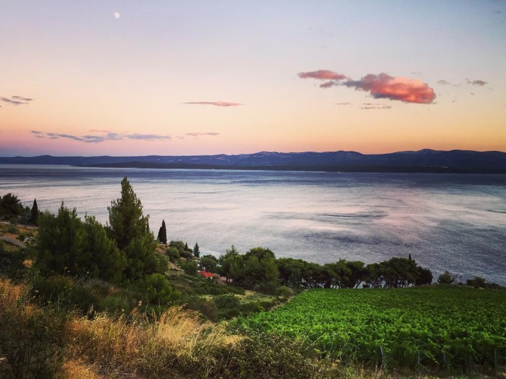 Fin de journée sur l'île de Brač, avec l'île de Hvar qui disparaît dans les lointains.