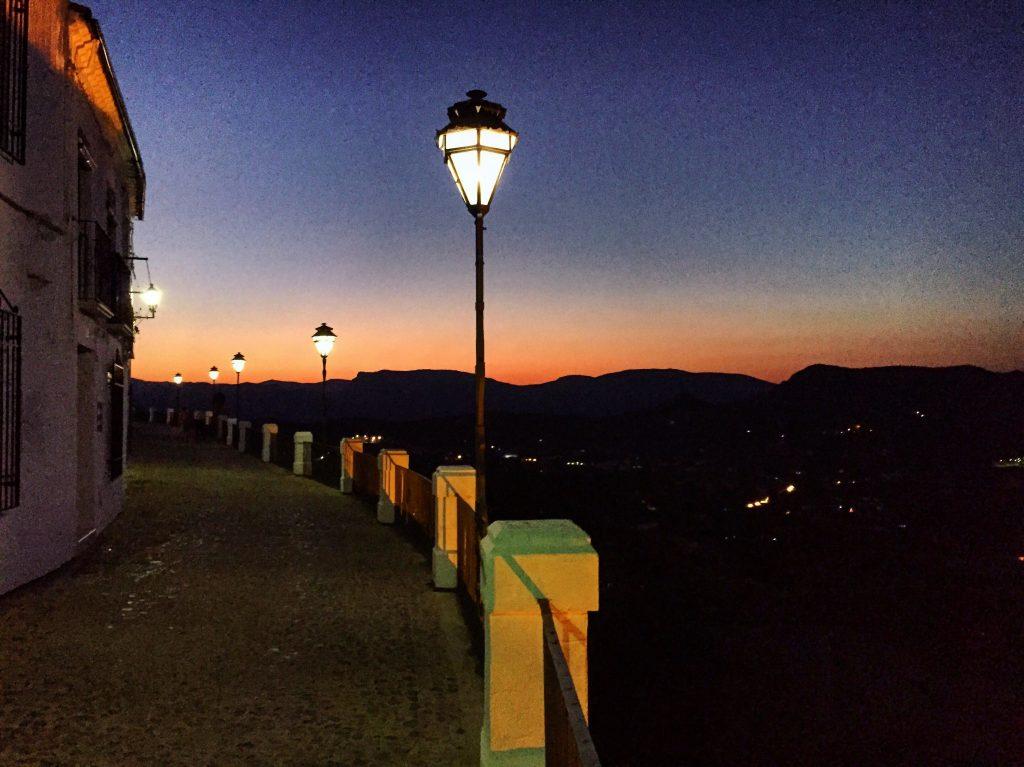 Une vue imprenable depuis les hauteurs de la ville sur les montagnes andalouses