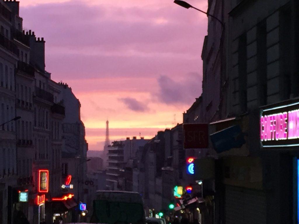 La Tour Eiffel dans les lointains depuis la rue de Belleville, Paris