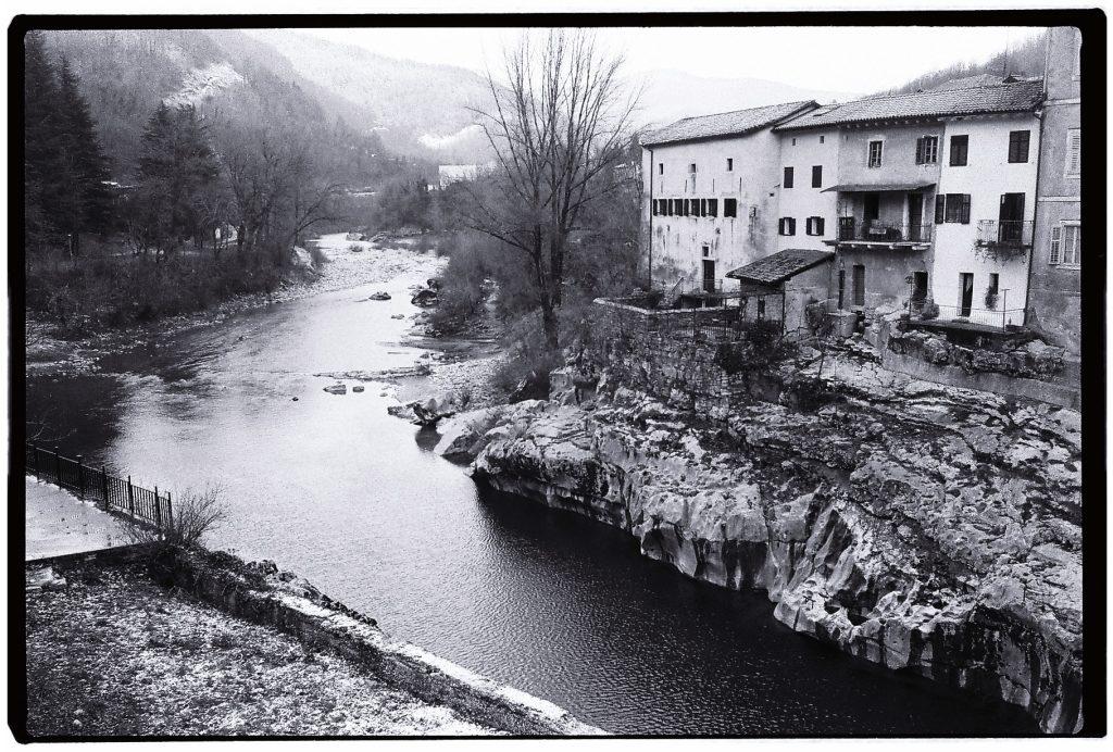 Kanal une ville nichée dans le contrefort des alpes slovènes