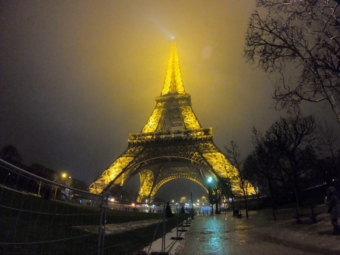 La Tour Eiffel dans la brume