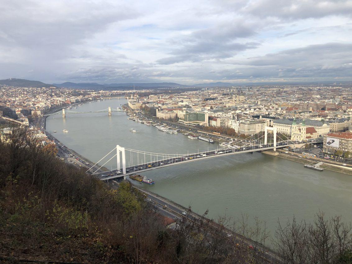 Le Danube se frayant un passage à travers la ville de Budapest