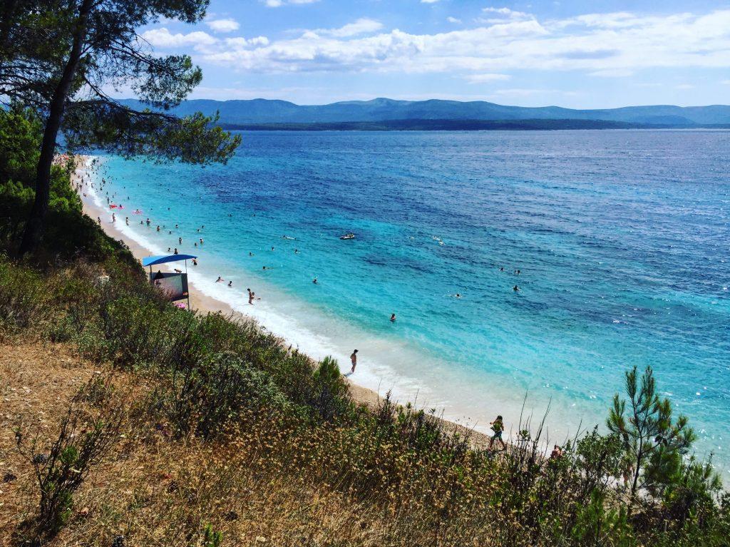Les eaux turquoises de l'Adriatique bordant la plage de Bol, Zlatni Rat