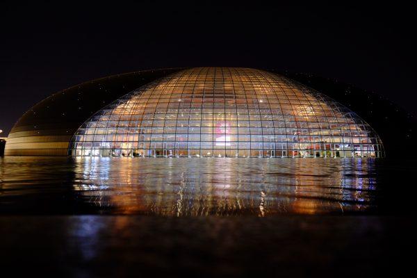 Le grand théâtre national de Pékin de nuit