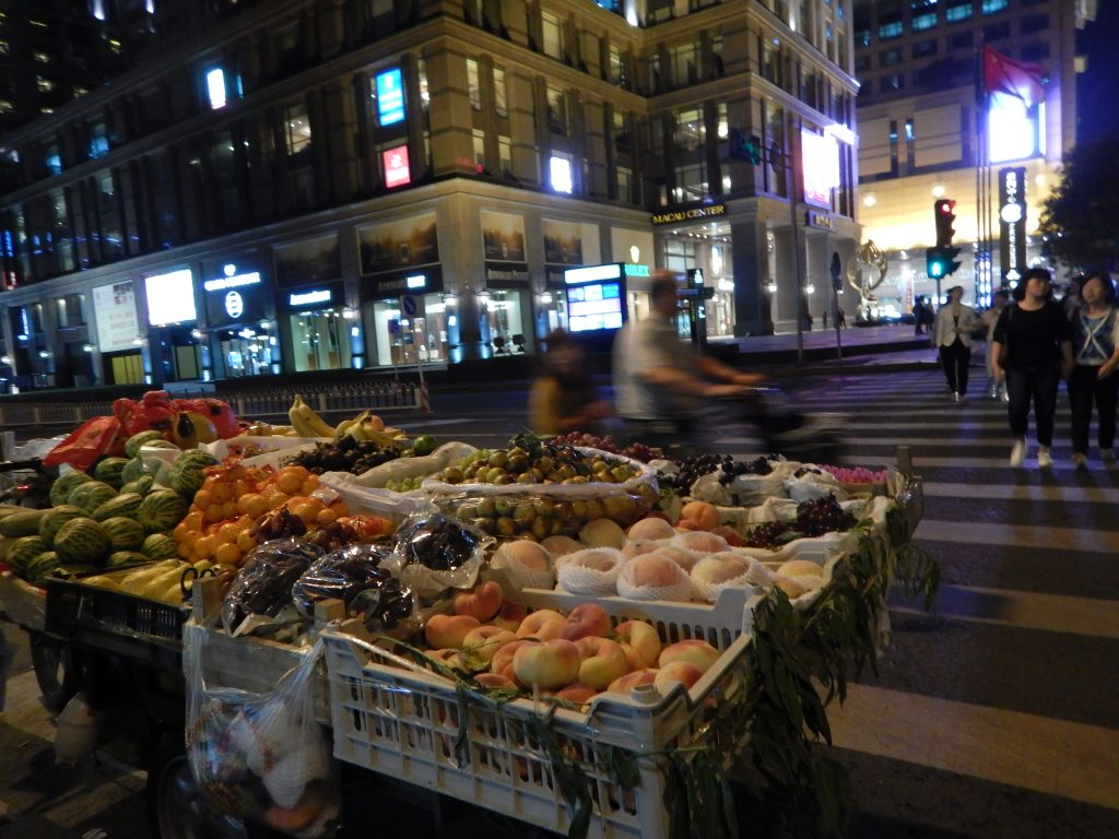 Un vendeur de fruits ambulant, la nuit