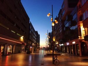 Le crépuscule sur la ville d'Ostende