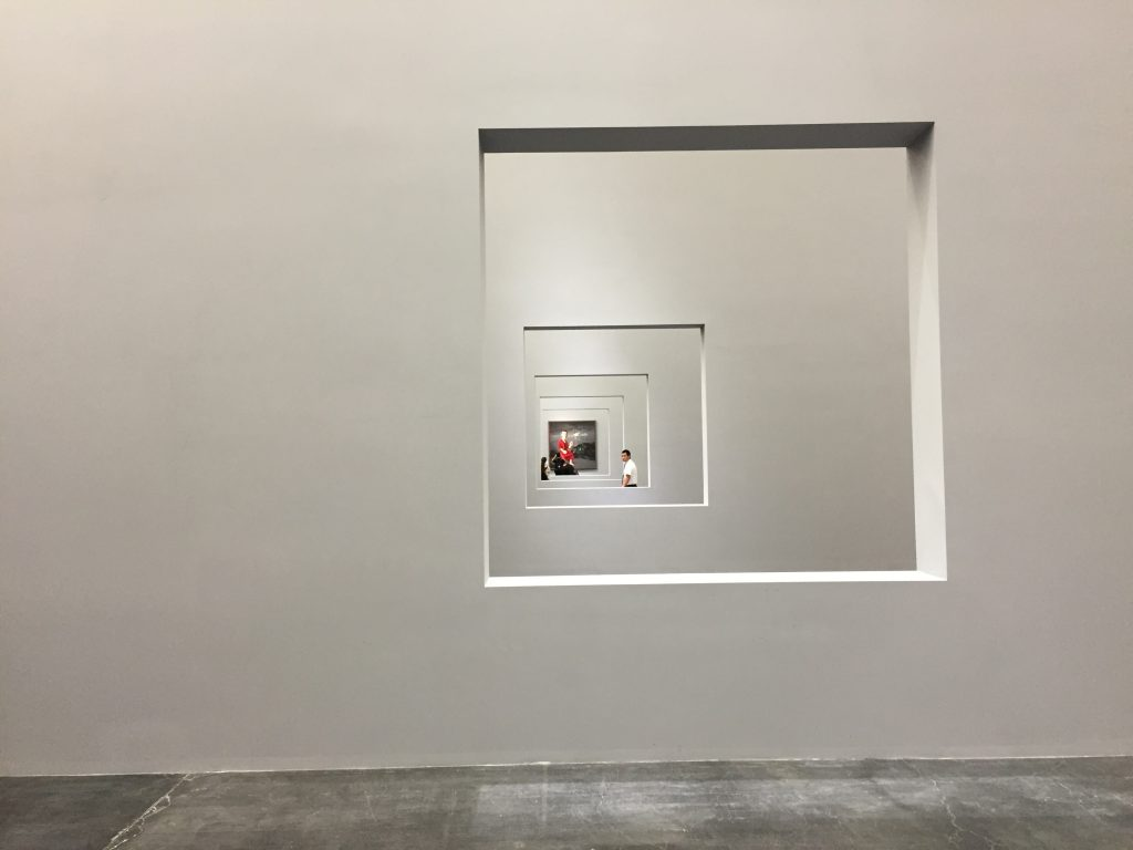 Une architecture audacieuse qui met en valeur les œuvres et invite le visiteur à découvrir les nombreux plateaux du musée