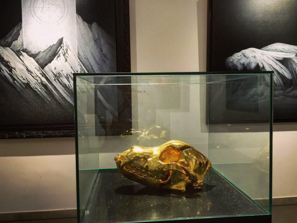 Une gallerie exposant des œuvres sur l'interdépendance des hommes et des biens
