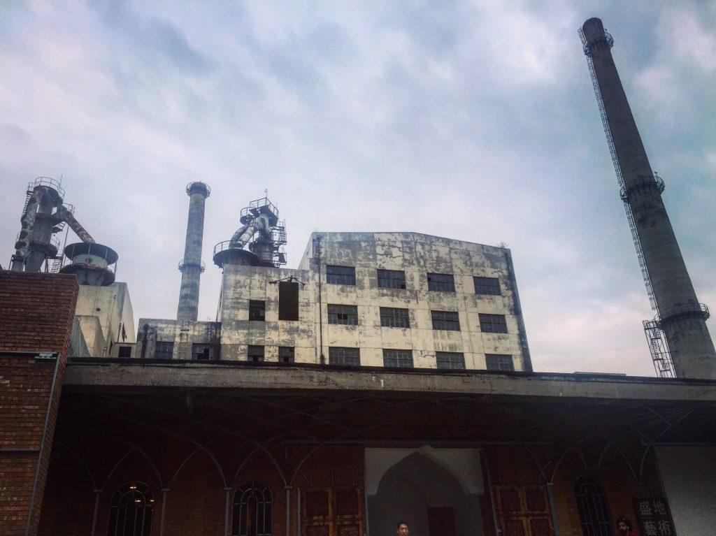 Des ensembles industriels bordant le site 798