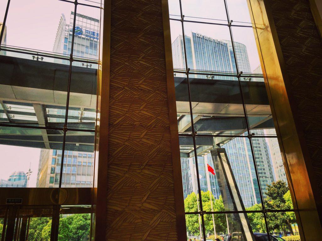 Vue depuis le hall de l'hôtel Intercontinental à Hangzhou