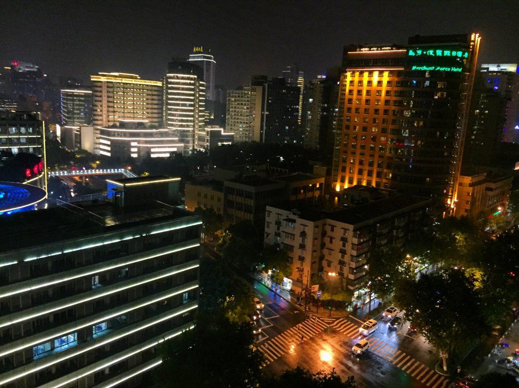 Le centre ville d'Hangzhou la nuit