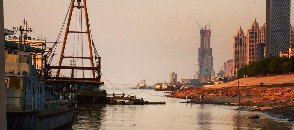 La tour 606 règne sur la skyline de la ville de Wuhan