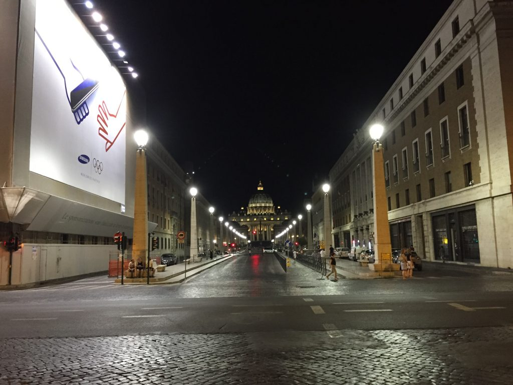 25. Le Vatican dans les lointains, via della Conciliazione