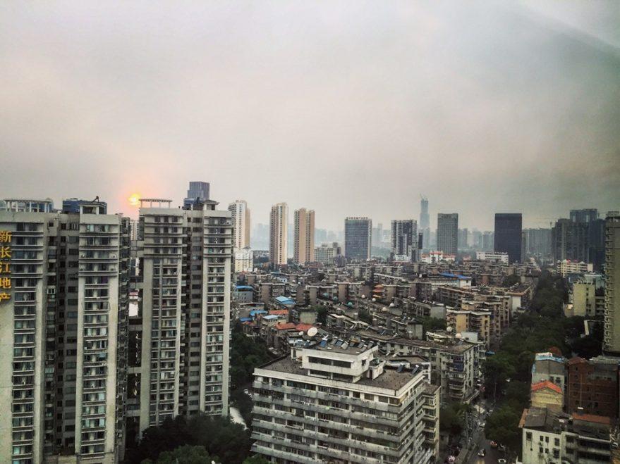 Levée du jour sur la skyline à Wuhan