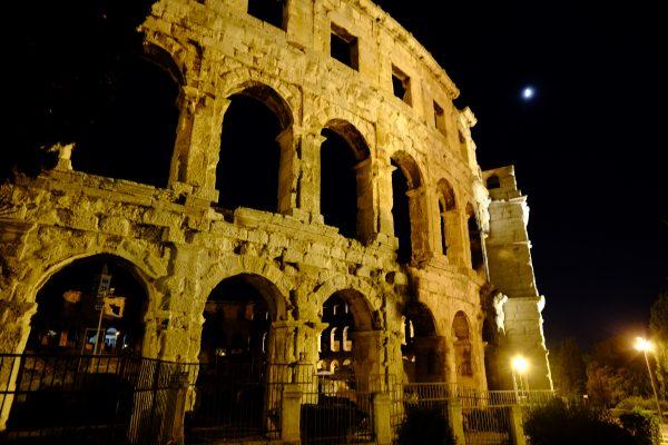 Pula, une très jolie ville croate pendant la nuit
