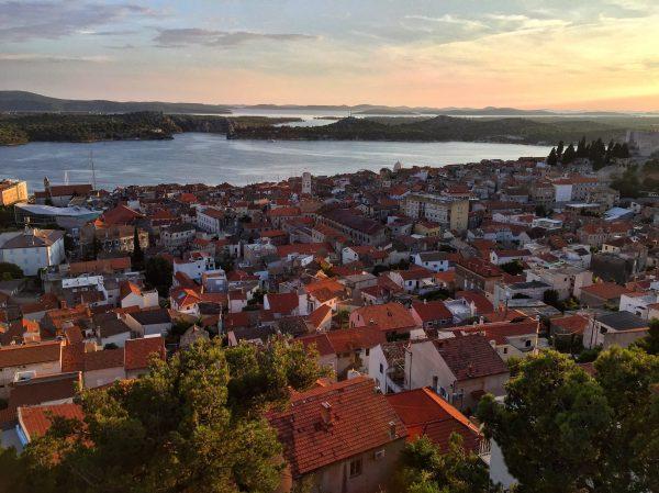 Sibenik, l'une des plus belles villes de Croatie au crépuscule