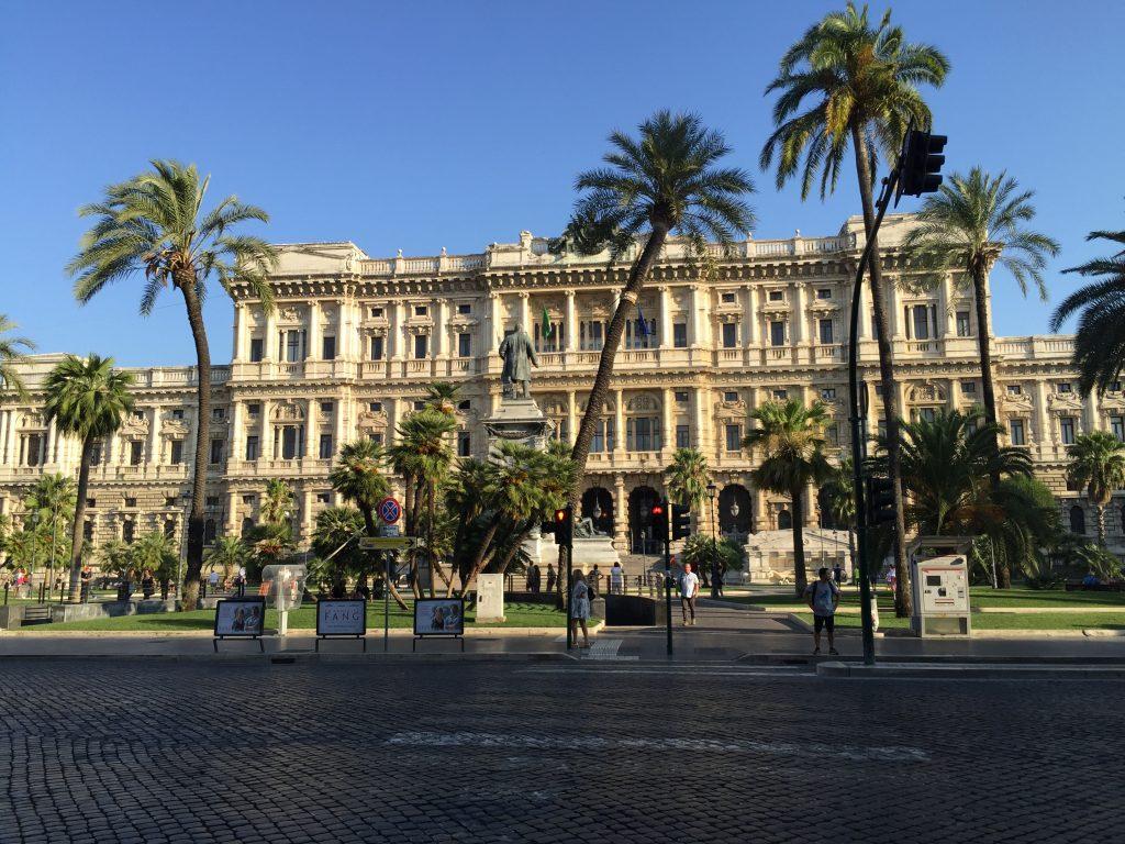 Un magnifique bâtiment à Rome sous les Palmiers