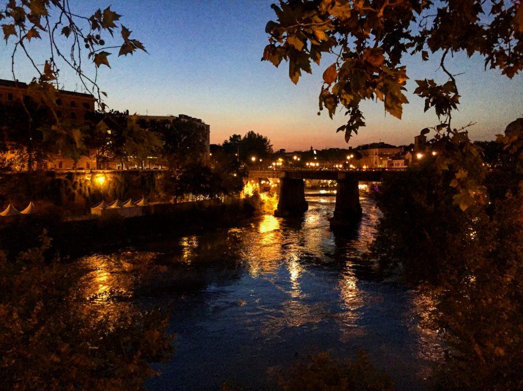 Une douce soirée à Rome le long du Tibre