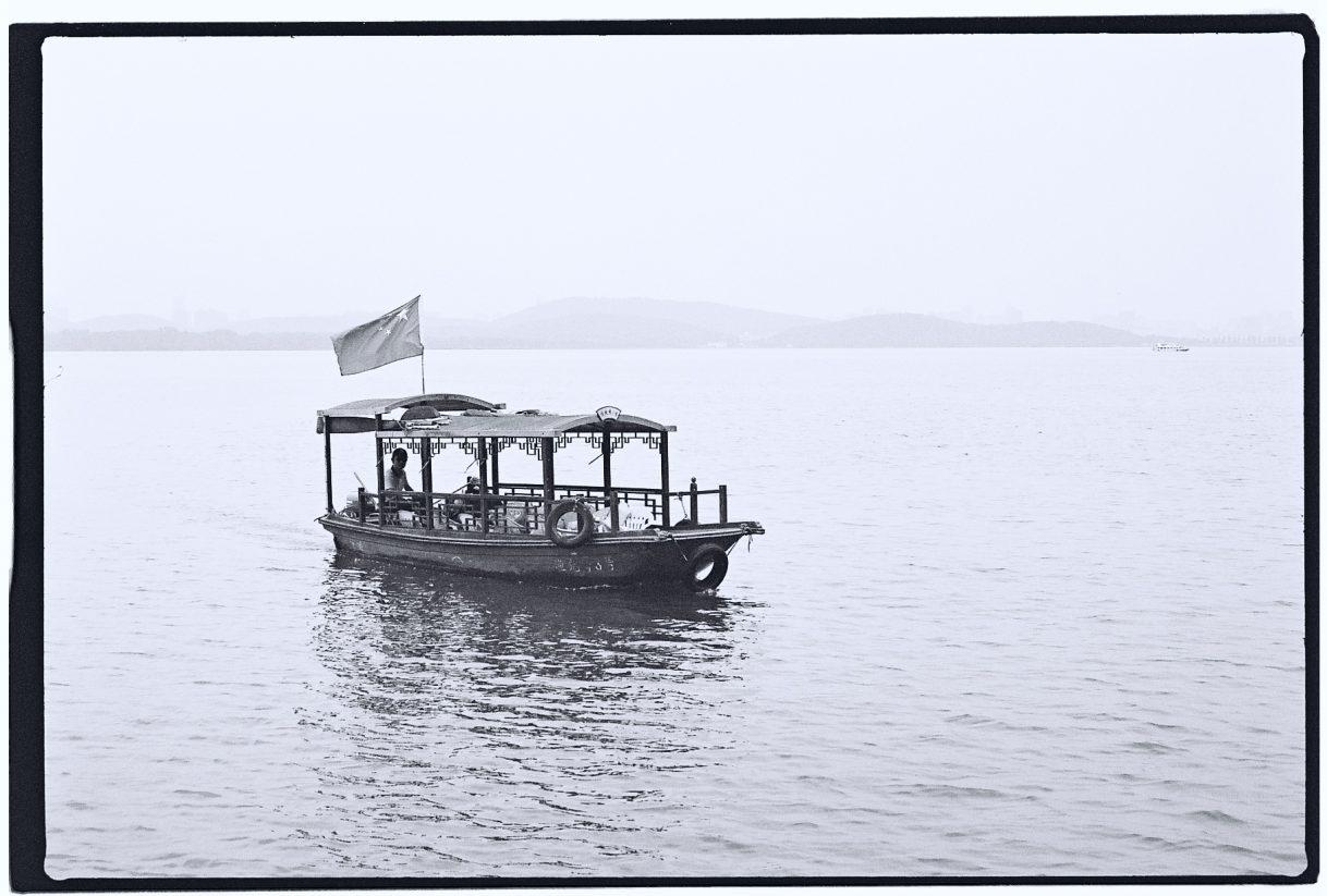 Une frêle embarcation sur le lac de l'Est à Wuhan