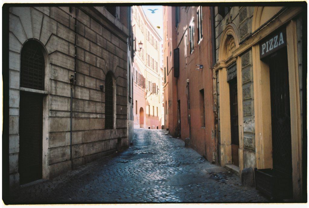Une jolie ruelle pavée à Rome
