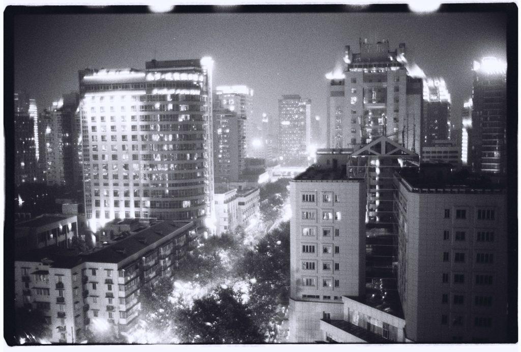 Wuhan la nuit et en noir et blanc