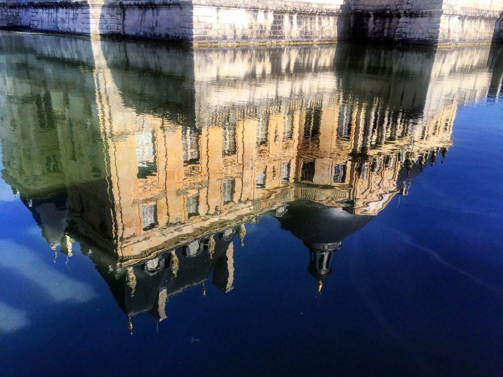 Réflections dans les douves au pied du château